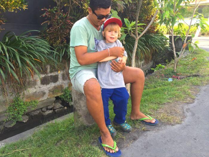 Einheimische Freunde auf Bali mit Kind