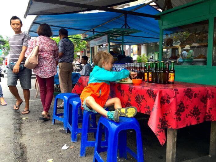 Nudeln vs. local food: So bekommst Du Dein Kind auch auf Reisen satt