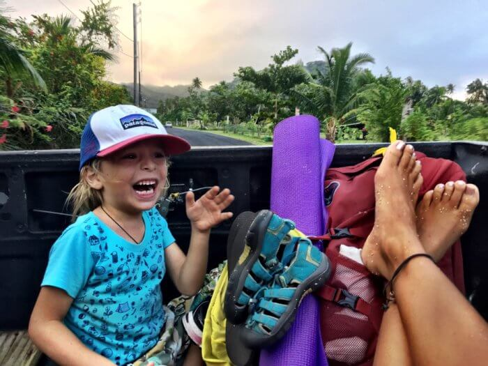 Daumen raus und los: Per Anhalter mit Kind durch das Paradies