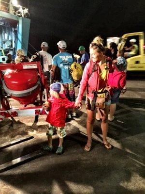 Per Anhalter mit Kind durch das Paradies - Mit dem Container Schiff