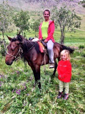 Auf Pferden mit Kind durch die Mongolei